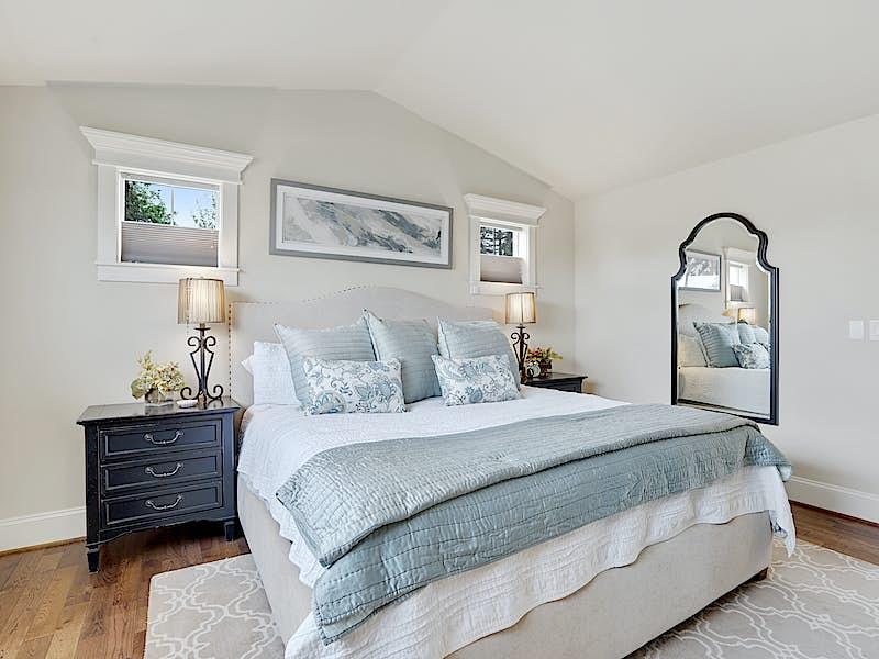 AIRY MASTER SUITE - SOOTHING SLEEP AWAITS!